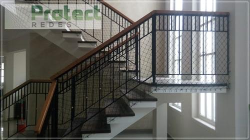 Tela de proteção para escadas